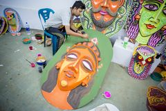 Kunstinstitutstudent, der ein großes Größe Königingesicht malt Stockbild