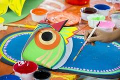Kunstinstitutstudent, der ein großes Größeneulengesicht malt Lizenzfreie Stockfotos