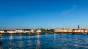 Kunstkamera大厦和从Admirality堤防观看的都市风景夜timelapse 影视素材