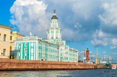 Kunstkamera, colonne rostral et forteresse de Peter et de Paul le long de la rivière de Neva à St Petersburg, Russie Image libre de droits