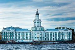 Kunstkamera die op dijk van Neva-rivier in Heilige Peters voortbouwen Royalty-vrije Stock Afbeeldingen