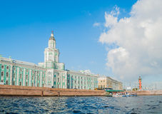Kunstkamera, museu zoológico e coluna rostral ao longo do rio de Neva em St Petersburg, Rússia fotos de stock