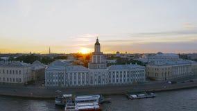 Kunstkamera na terraplenagem do rio Neva, por do sol do fundo em uma noite do verão vídeos de arquivo