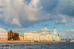 Kunstkamera och St Petersburg akademi av vetenskaper längs den Neva flodinvallningen arkivbilder