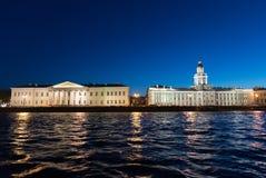 Kunstkamera och vetenskaplig mitt av den ryska akademin av vetenskaper i St Petersburg, Ryssland royaltyfri foto