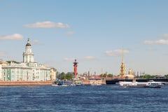 Kunstkamera, Rostral kolonn och domkyrka av Peter och Paul Fort Royaltyfri Fotografi