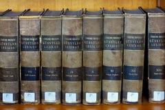 鲁汶,比利时- 2014年9月05日:字典蒂默贝克尔Kunstler Lexikon的书在天主教大学的图书馆里 免版税库存照片