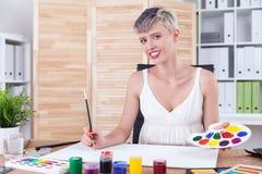 Kunstleraar met kort haar stock afbeelding