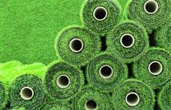Kunstmatig gras in broodjes om tennisbanen, sportterreinen, golfcursussen en voetbal te omvatten royalty-vrije stock afbeeldingen