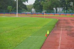 Kunstmatig spoor en gebied met groen die gras met kunstmatig gras wordt gecombineerd stock fotografie