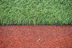 Kunstmatig spoor en gebied met groen die gras met kunstmatig gras wordt gecombineerd stock foto's