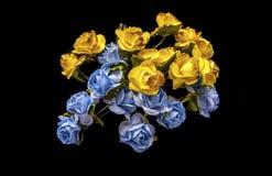 Kunstmatige blauwe en gele bloemen royalty-vrije stock afbeelding