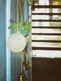 Kunstmatige decoratief gehangen bij de deur Royalty-vrije Stock Afbeelding
