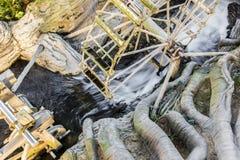 Kunstmatige draperende waterval met wiel Stock Foto