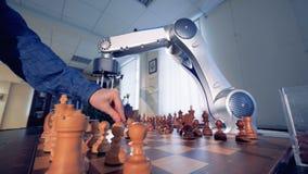Kunstmatige intelligentie, robot chessplayer het spelen schaak met een mens 4K stock footage