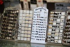 Kunstmatige Jwellery in de Markt van Delhi stock afbeeldingen
