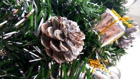 Kunstmatige Kerstboombrunches die met zilveren snuisterijen, stuk speelgoed giftdozen en kegel worden verfraaid Decorati van de n royalty-vrije stock afbeeldingen