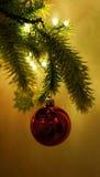 Kunstmatige Kerstboomclose-up met het hangen van Snuisterij stock afbeelding