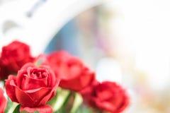 Kunstmatige rode rozen op vage achtergrond stock afbeeldingen