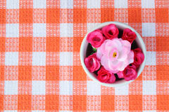 Kunstmatige rozen in kom 2 Royalty-vrije Stock Afbeelding