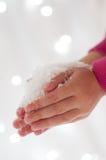 Kunstmatige Sneeuw in de Handen van het Meisje Royalty-vrije Stock Fotografie