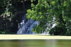 Kunstmatige Waterval bij het Meer Stock Fotografie
