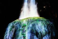 Kunstmatige waterval bij nacht bij de Tuin van Mifuneyama Rakuen in Saga, Japan stock foto's