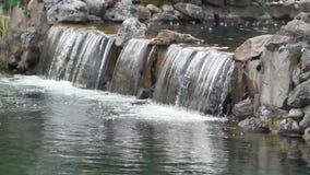 Kunstmatige waterval in de Oekraïne Kyiv stock videobeelden