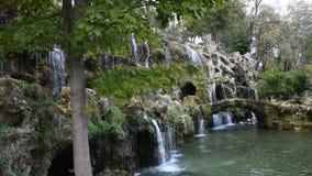 Kunstmatige waterval in Emirgan-park Istanboel Turkije stock videobeelden