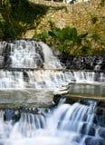 Kunstmatige waterval in vijver Stock Fotografie