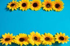 Kunstmatige zonnebloem op blauwe achtergrond met exemplaarruimte royalty-vrije stock afbeeldingen