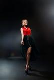 Kunstmodefoto der jungen Frau auf Dunkelheit stockfoto