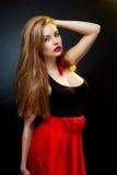 Kunstmodefoto der jungen Frau auf Dunkelheit lizenzfreies stockbild