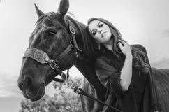 Kunstmodeschönheit und -pferd lizenzfreies stockfoto