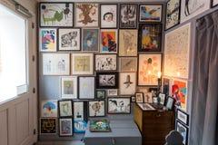 Kunstopslag met affiches en tekeningen in kaders voor verkoop, moderne illustraties, kunstwerken voor decor royalty-vrije stock afbeeldingen
