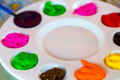 Kunstpalet met verfkleur en verfborstelsclose-up Royalty-vrije Stock Foto