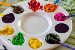 Kunstpalet met verfkleur en verfborstelsclose-up Stock Foto's