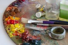 Kunstpalette mit Bürsten und Farben lizenzfreie stockfotos