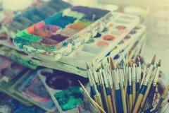 Kunstpalette mit Klecksen der Farbe und der Bürste kann herein lizenzfreie stockbilder