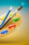 Kunstpalette mit Lackpinsel- und -bleistifthilfsmitteln Stockbild