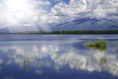 Kunstphotographie Idyllische Sommerlandschaft mit klaren Bergen und Wasser Stockbild