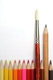 Kunstpinsel und einfacher Bleistift für die grafische Darstellung unter Farbenbleistiften Lizenzfreies Stockfoto