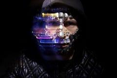 Kunstporträt eines mit Kapuze Mannes mit großen Bergkristallen auf seinem Gesicht Mysteriöser mystischer Auftritt eines Mannes Gr stockfotografie