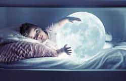 Kunstporträt eines netten kleinen Mädchens, das einen Mond hält stockfotos