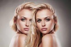 Kunstportret van jonge mooie vrouw Sexy Blond meisje twee meisjes in één Stock Foto's