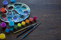 Kunstreeks, palet, verf, borstels op houten achtergrond Royalty-vrije Stock Foto's