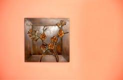 Kunstschaffung vom Metall auf der Wand lizenzfreie stockfotos