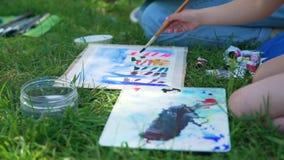 Kunstschulklassen im Stadtpark stock footage