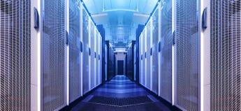 Kunstsichtbarmachungskorridor der Data-Warehouse, wenn das rotes Tonen gewarnt wird Rechenzentrumhintergrund der Entwurfsweb-host stockfoto