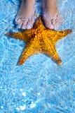 Kunstsommer entspannen sich auf tropischem Strand stockfoto
